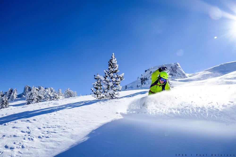 Session ski hors-piste sur les pentes enneigées de la Pierre Saint Martin - © EPSA / Domaine de la Pierre Saint Martin