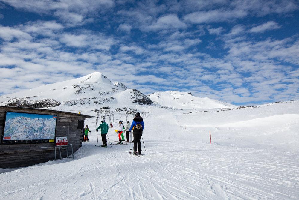 Zwei lange Schlepplifte führen am Gletscher des Bündler Vorab hinauf zum höchsten Punkt des Skigebietes Flims Laax Falera (3018m) - © Skiinfo | Sebastian Lindemeyer