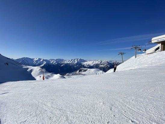 Alpe d'Huez - Parfait au dessus de 2000m, un peu moins bien en dessous, mais ça reste quand même très bien skiable, pour l'instant la neige est bonne toute la journée, bientôt la soupe à 14h avec ce temps et température... - © Charles