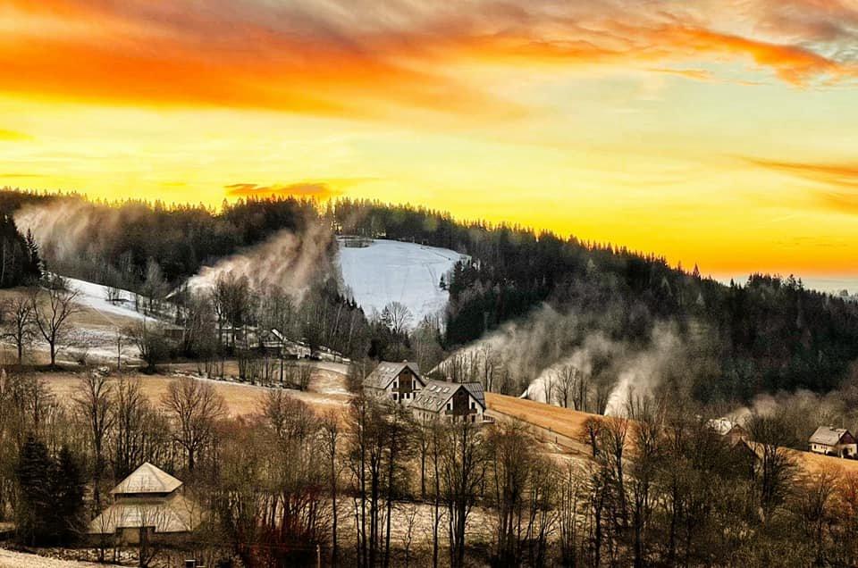 Když obloha čaruje - Benecko 1.1.2021 - © facebook   Benecko - vzdušné lázně v Krkonoších