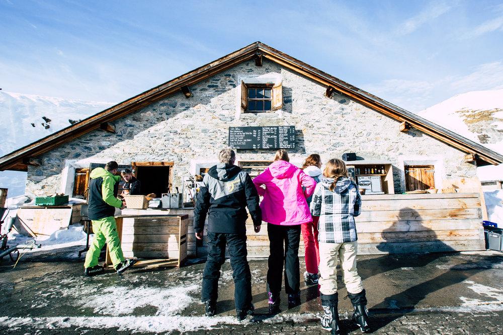 Skihütte Alp Sogn Martin: Hier gibt es leckere Würstchen, Drinks und im Fall der Fälle geht man auf Toiletten mit verspiegelten Fensterscheiben, die einen Blick auf die Piste offenbaren. Spooky! - © Skiinfo | Sebastian Lindemeyer