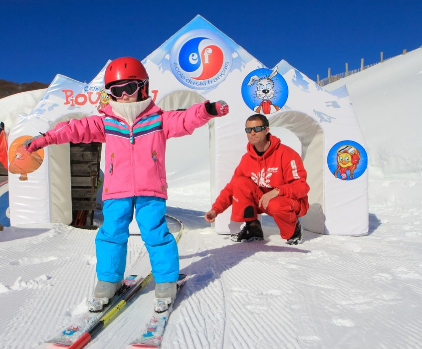 Initiation, perfectionnement ou découverte de nouvelle activités, les écoles de ski du Sancy vous proposent des cours adaptés à tous les niveaux et à toutes vos envies. - © Facebook Massif du Sancy