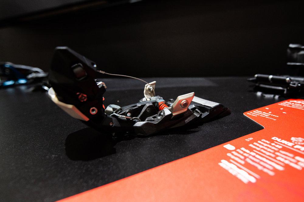Sehr spannend: Die neue Duke PT von Marker ist gleichzeitig klassische Freeride-Alpinbindung und Pinbindung. Der Vorderbacken lässt sich aufklappen und abnehmen. - © Skiinfo