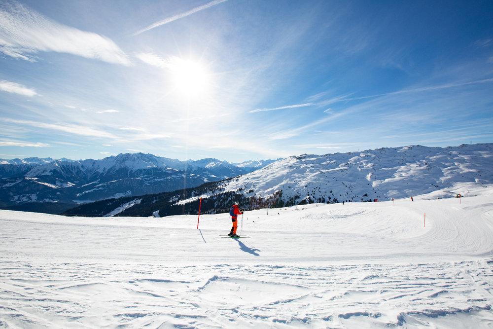 Skifahrer auf dem Weg zur Station Scansinas - © Skiinfo | Sebastian Lindemeyer