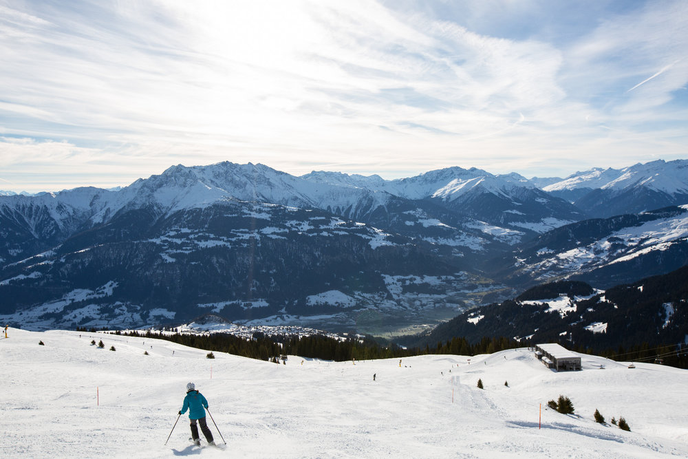 Skifahrerin auf dem Weg zum Sessellift Alp Dado - © Skiinfo | Sebastian Lindemeyer