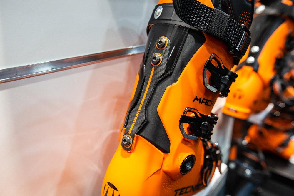 Tecnica ha fornito al Mach1 una fascia in carbonio, rigida sul retro della scarpa, che dovrebbe avere un'influenza positiva sulla stabilità. - © Skiinfo