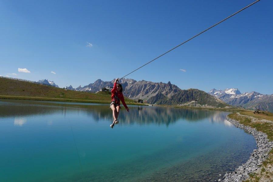 Envolez-vous sur la tyrolienne d'altitude de Valloire! Accessible depuis le télésiège du Lac de la Vieille, survolez le lac pour un max de sensations ! - © OT Valloire