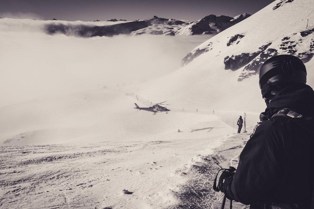 Auch das bleibt leider nicht aus: Unterhalb von La Siala muss der Rettungshubschrauber landen - ein Skifahrer muss abtransportiert werden - © Skiinfo | Sebastian Lindemeyer