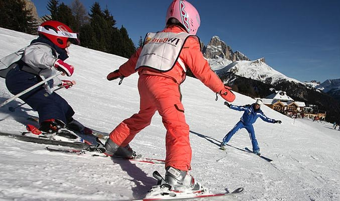 Deti sa učia lyžovať na miernych talianskych svahoch