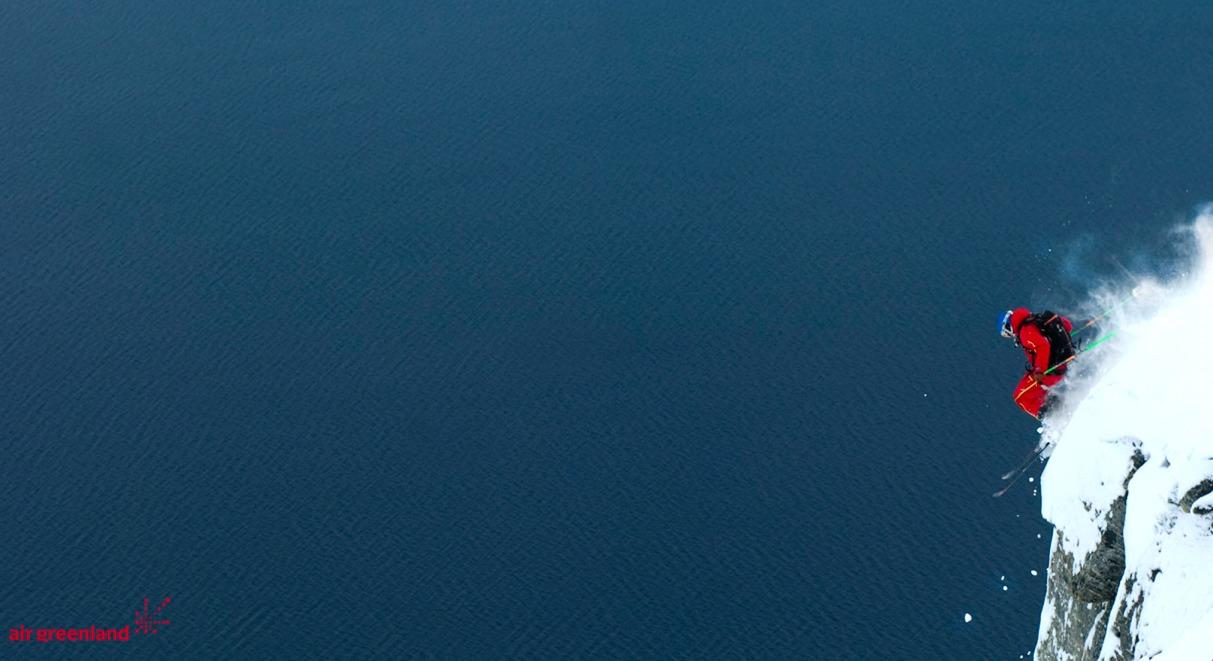 Tobias Hansen hopper klipper på Grønland - © Jeppe Hansen / Surfline