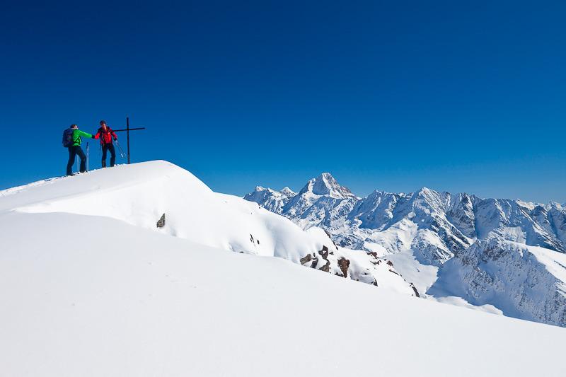 Zwei Bergsteiger geben sich am Gipfel die Hand, Skitour Torrenthorn, Leukerbad, Wallis, Schweiz - © Iris Kürschner/powerpress.ch