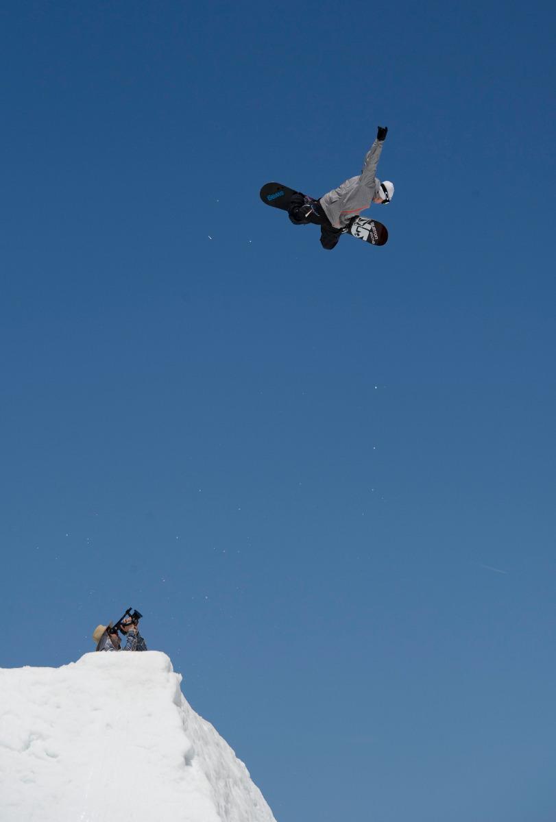 Mit einem fetten Signature Methode Air schwebt Terje Haakonsen hoch über Mammoth - © Dean Blotto Gray / The Burton Corporation