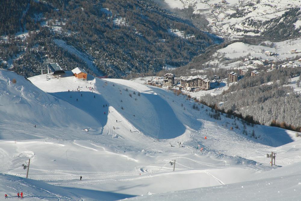 Vue sur la station des Orres et sur ses pistes de ski - © Studio Berthier