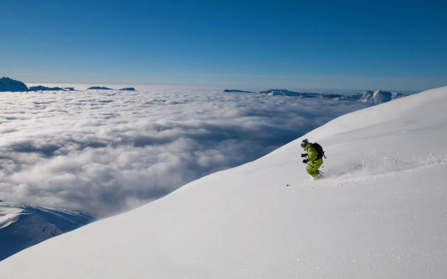 Skiing above the clouds in La Clusaz - © OT La Clusaz / Massif des Aravis