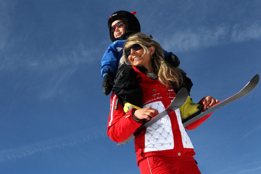 Avant de mettre votre enfants sur des skis, faison ensemble un tour d'horizon complet des notions principales à retenir afin de lancer son enfant dans un apprentissage du ski optimal et adapté à ses besoins. Un peu de patience et toute la famille pourra bientôt skier ensemble… - © ESF.NET