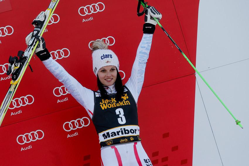 Anna Fenninger auf dem Siegertreppchen in Maribor - © Stanko GRUDEN/AGENCE ZOOM