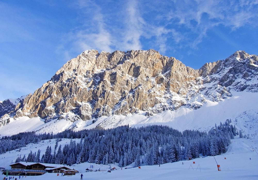 Unmittelbar unterhalb des Wettersteinmassivs befindet sich der Better Park Ehrwald im und entlang des Waldes. Am Fuße des Snow Parks das Tiroler Haus - © stefandrexl.com