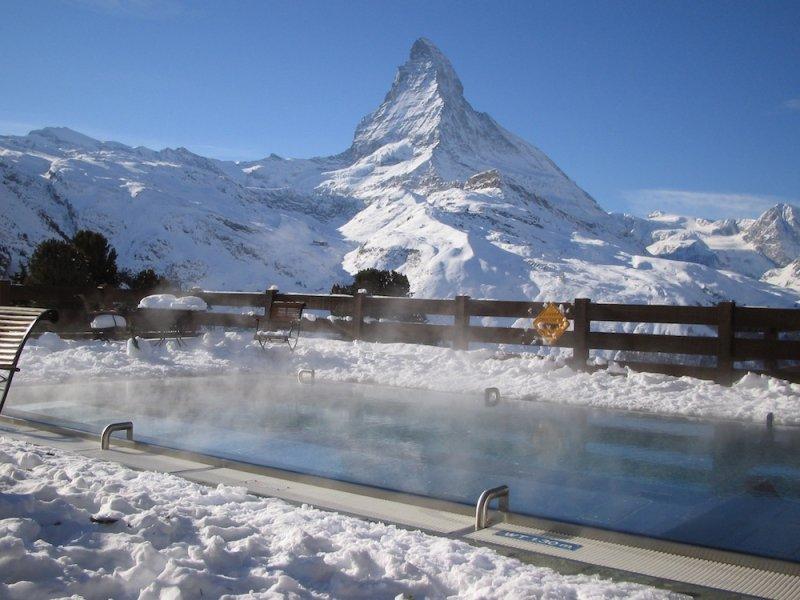 Podgrzewany basen z widokiem na Matterhorn, Zermatt - Riffelalp - © Riffelalp Resort
