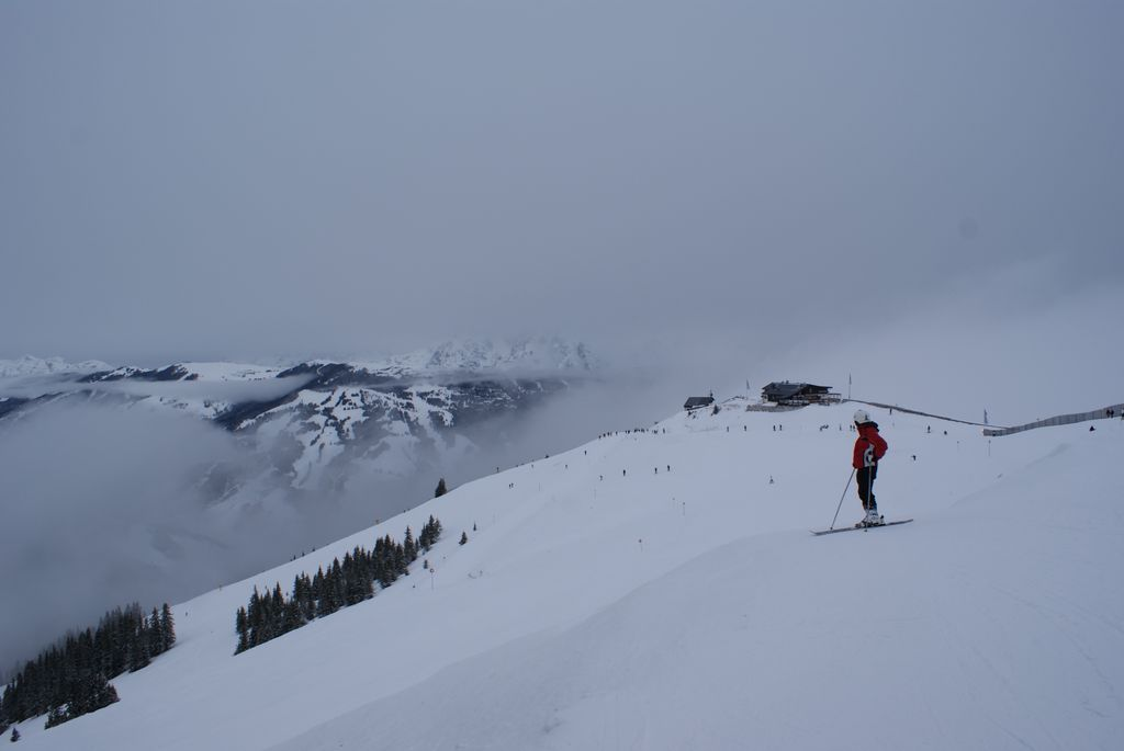 Breite Pisten prägen den obersten Teil des Skigebiets Zell am See - Schmittenhöhe. Im Hintergrund die Hochzelleralm! - © Gernot Schweigkofler
