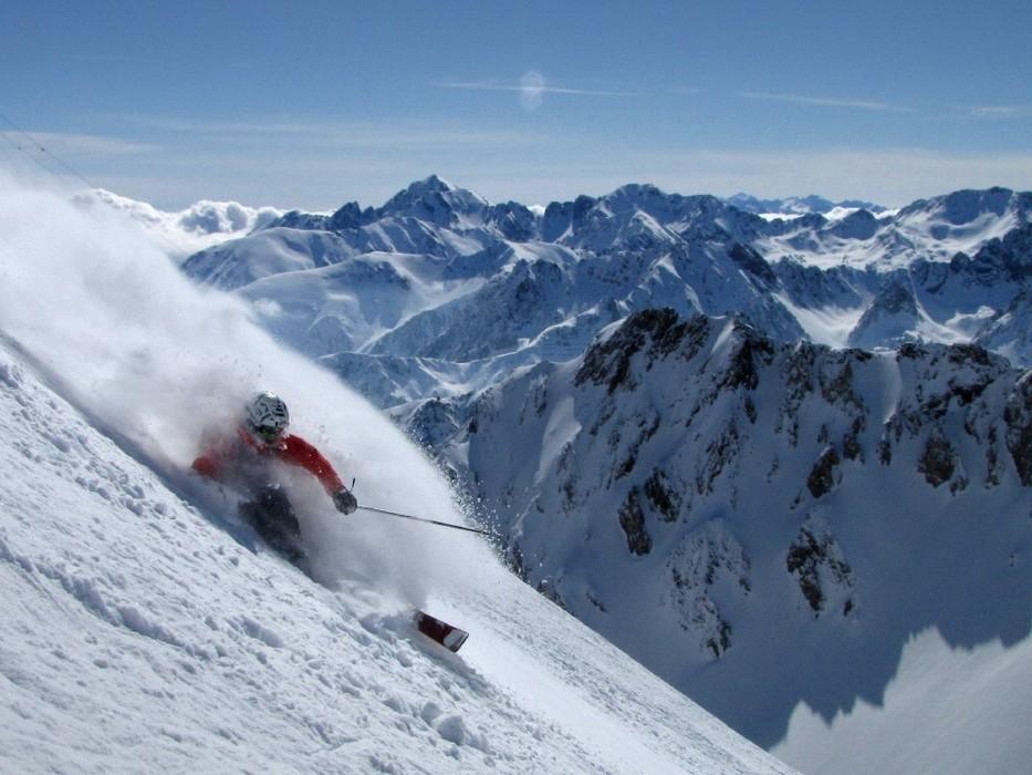 Près de 1500 m de dénivelé s'offre à vous depuis le Pic du Midi jusqu'à La Mongie/Barèges - © L. Pantoja
