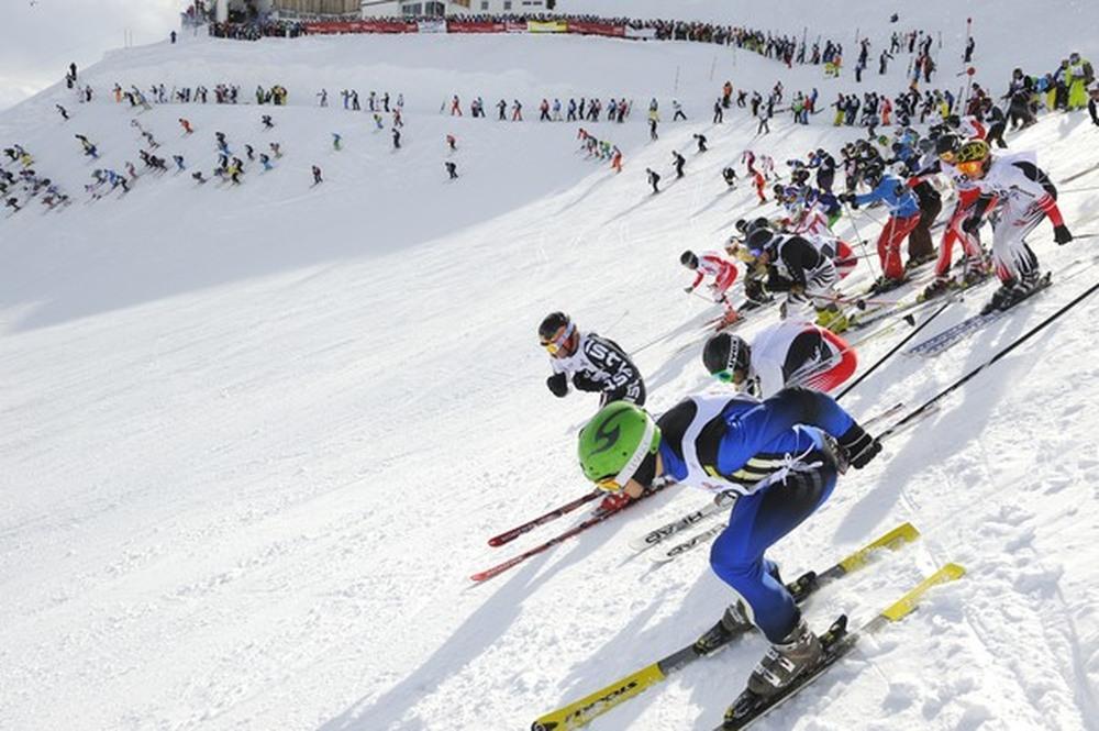 Mass start at the White Thrill race on top of Valluga Mountain. - ©TVB St. Anton am Arlberg/Josef Mallaun