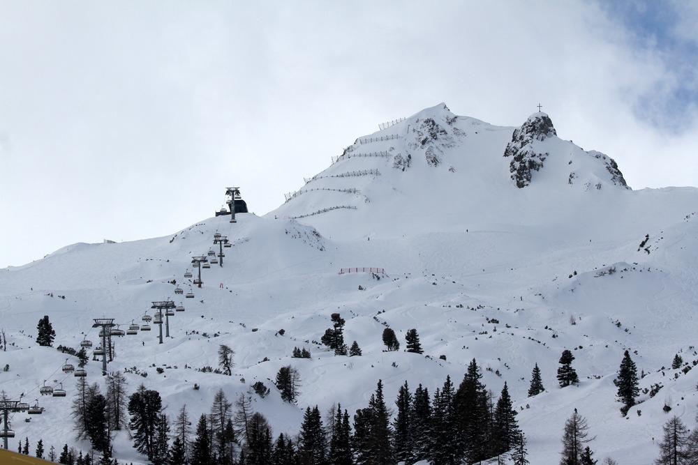 Blick zum Grubigstein: Der Gams-Jet 6er-Sessellift zieht sich bis knapp unter den Gipfel und endet auf 2059 Meter Seehöhe - © Skiinfo.de