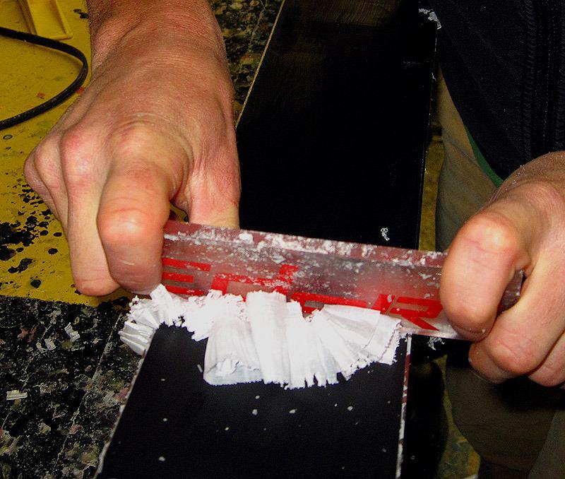 Lors de l'opération de raclage (après le rebouchage des trous ou le fartage), attention à le tenir votre racloir bien plat de façon à ne pas creuser la semelle. Le résultat doit être lisse.