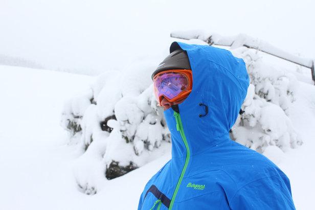 Een groot capuchon waar ook je helm onder kan, verdient aanbeveling.  - © Skiinfo