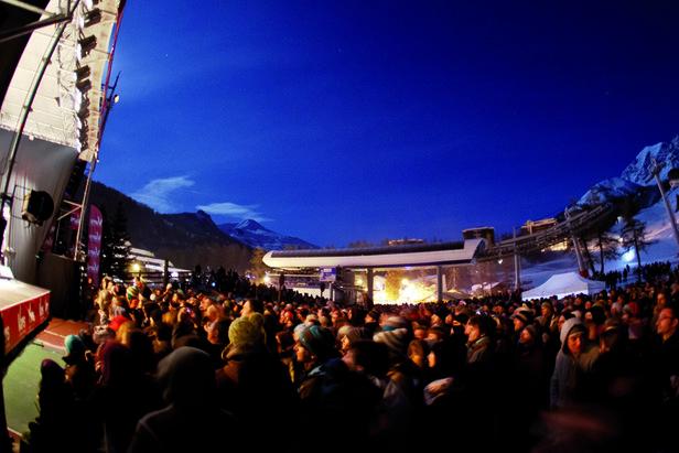 """Ambiance garantie pour le premier week-end d'ouverture du domaine skiable de Vars. Concert gratuit sur le front de neige pour l'opération """"Vars en Scène""""..."""