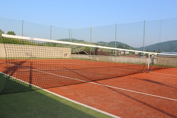Penzion Pohoda v Krušetnici ponúka možnosť zahrať si tenis na antukovom tenisovom kurte  - © Pohoda Krušetnica