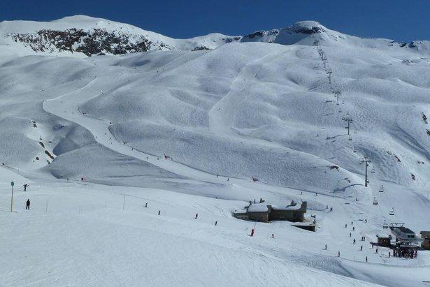 Accessible depuis le Col de l'Iseran, le télésiège de la Cascade Express dessert le domaine de ski d'été de Val d'Isère, sur le glacier du Pissaillas