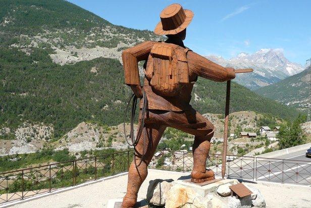 Dans les rampes de l'Argentière la Bessée, la statue de Edward Whymper tronne fièrement face au Pelvoux et en direction de la Barre des Ecrins