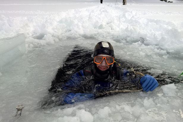 Un trou dans la glace, une ligne de vie, une combinaison totalement étanche... Prêt à tenter l'expérience de la plongée sous glace à La Norma ?
