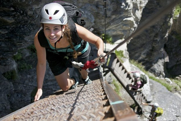 Typische Leitertechnik: Eine Hand an der Leiter, eine am Stahlseil. Impressionen aus dem Klettersteig Flims
