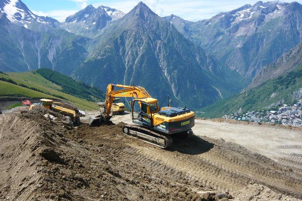 Travaux d'aménagement de la nouvelle piste bleue ''Jandri 1'' qui assurera le retour station dès cet hiver aux 2 Alpes
