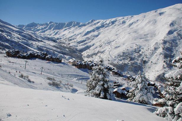 Vue sur le station de ski de Valmeinier et son domaine skiable