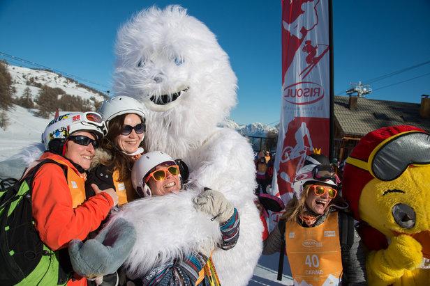 Pause photo en famille en compagnie de la mascotte de Risoul