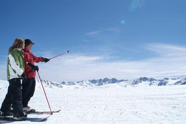 Una coppia di sciatori nella località sciistica di Grandvalira