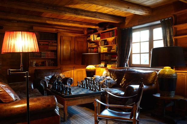 La bibliothèque de l'hôtel luxe « Les Fermes de Marie » à Megève où l'on peut se détendre après une bonne journée de ski  - © Les Fermes de Marie / L.Di-Orio, MPM, T.Shu & DR