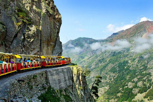 le Petit Train d'Artouste - tento turistický vláček jezdí po nejvýše umístěné úzkorozchodné trati v Evropě