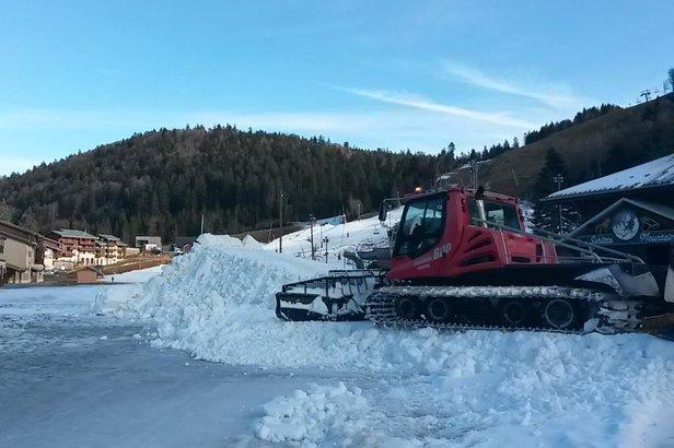 A la Bresse-Hohneck, les dameuses étalent les moticules de neige produits ces derniers jours par les enneigeurs afin de préparer au mieux l'ouverture des pistes de ski.