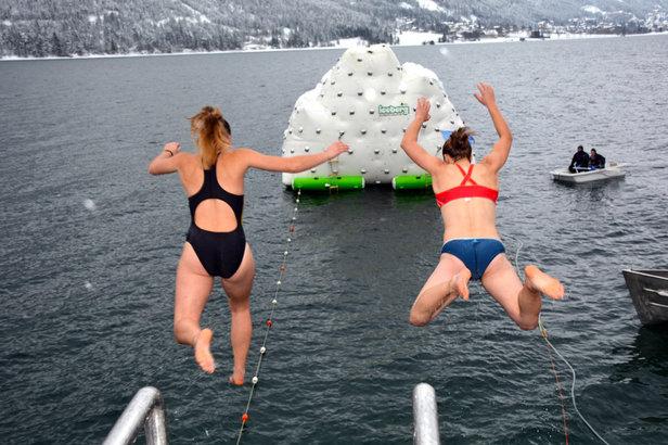 Bei 4 Grad in den eiskalten Achensee springen – das erfordert Mut.
