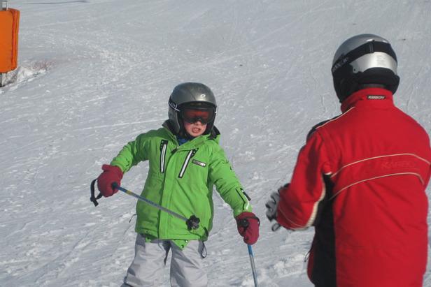 Viete, že vaše deti musia mať pri lyžovačke na hlave prilbu?