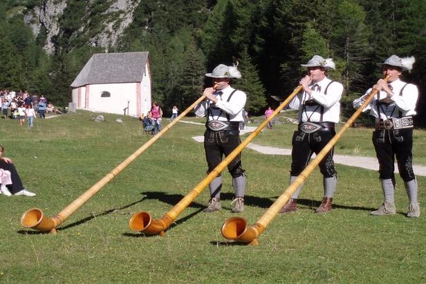Suonatori di corno delle Alpi in Val Gardena