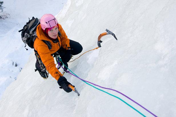 Escalader une cascade de glace, l'une des nombreuses activités originales proposées par les stations des Montagnes du Jura