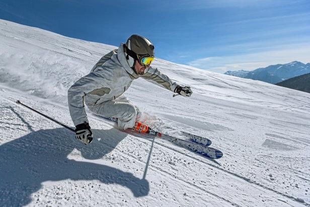 Tantôt véritable appui, tantôt simple balancier, le bâton de ski joue un rôle important et facilite les changements de direction tout en assurant l'équilibre du skieur...