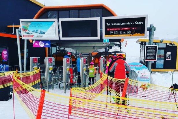 Ani preventivní opatření v lyžařských střediscích nepomohla. Snímek z Tatranské Lomnice.-
