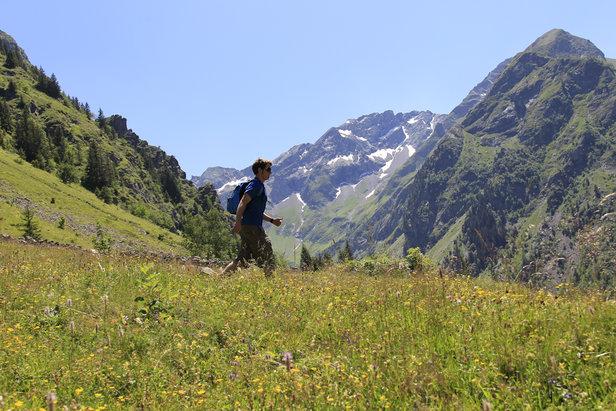 Randonnée en direction du Lac du Lauvitel, un incontournable des 2 Alpes en été...  - © Office de Tourisme Les 2 Alpes / Monica DALMASSO