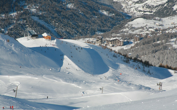 Vue sur la station des Orres et sur ses pistes de ski