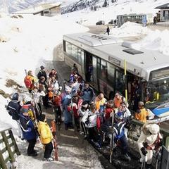 Cestovanie na lyžovačku skibusom sa oplatí